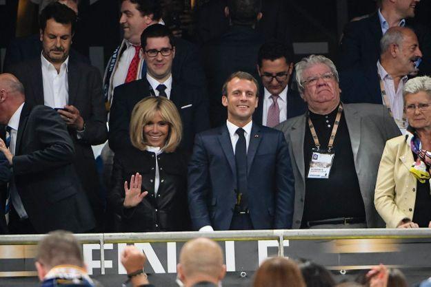 Brigitte Macron, superbe dans sa veste en cuir est venue rejoindre Emmanuel Macron en tribune