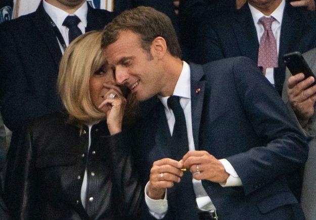 Cette fois-ci, c'est au tour de Brigitte Macron de chuchoter à l'oreille de son époux...