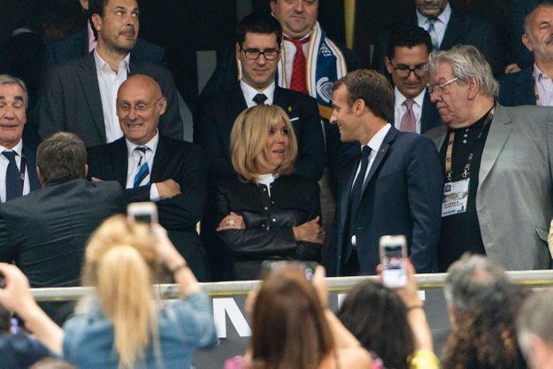 Échange de regards complices pour Brigitte et Emmanuel Macron