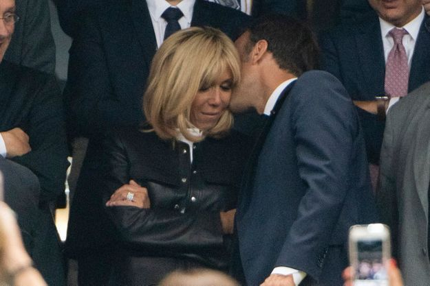 Mais que peut bien chuchoter Emmanuel Macron à l'oreille de son épouse ?