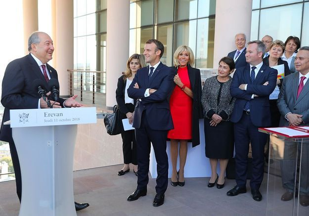 Au centre Charles Aznavour