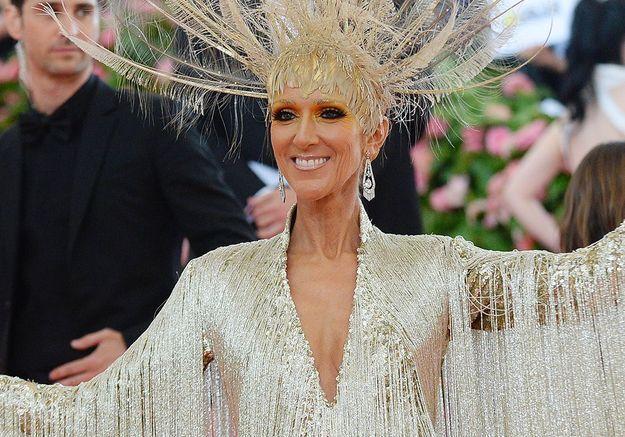Céline Dion : la vidéo déjantée de la chanteuse qui offre ses chaussures à des passants