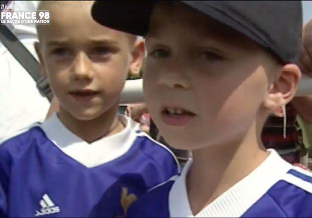 Craquant : Griezmann, âgé de 7 ans, demandant des autographes aux Bleus de 98