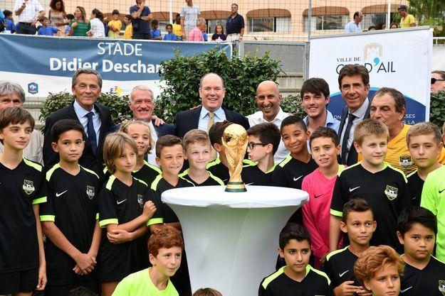 Didier Deschamps entouré de son fils, d'Albert de Monaco, du maire de la commune et des enfants du club