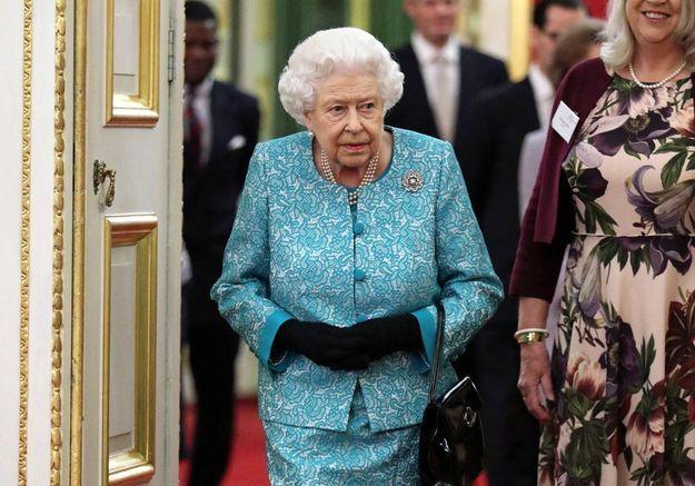 Elizabeth II : la reine rompt le protocole lors d'une séance photo en posant comme une star sur tapis rouge