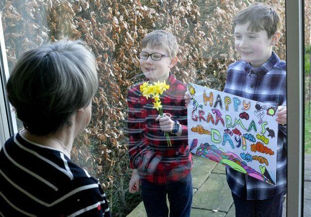 En Angleterre, une fête des mères confinée : ils passent le message en pancartes comme dans Love Actually