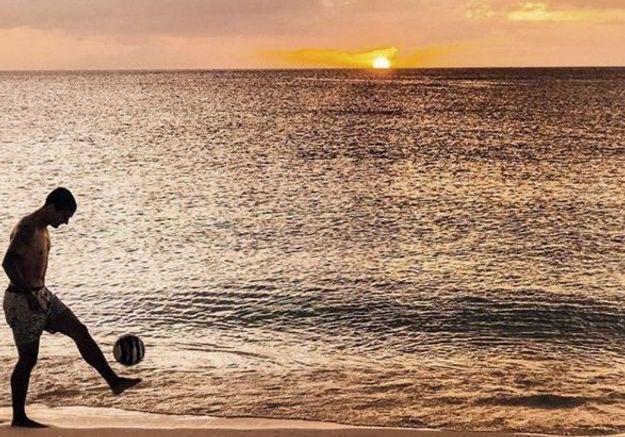 Même en vacances, Antoine Griezmann joue au football sur la plage au coucher de soleil