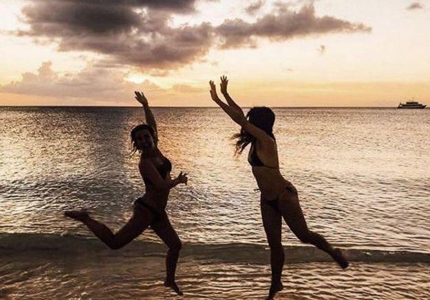 Un peu de folie pour Erika Choperena, ici avec l'une de ses amies sur la plage