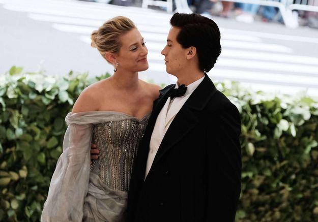 Gala du Met 2018 : Lili Reinhart et Cole Sprouse officialisent leur relation sur le tapis rouge