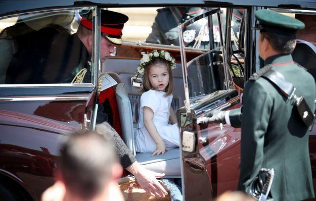 La princesse Charlotte sort de la voiture le jour du mariage du prince Harry et de Meghan Markle