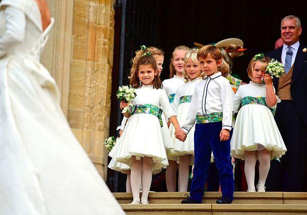 Derrière la mariée à la sortie de l'église