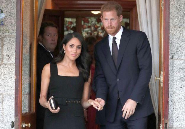 Les jeunes mariés arrivent à la soirée de l'ambassade britannique