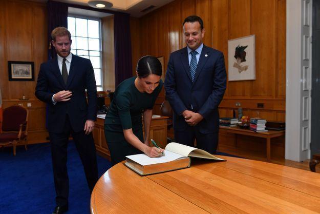 Meghan Markle a signé le livre d'or des visiteurs de Dublin