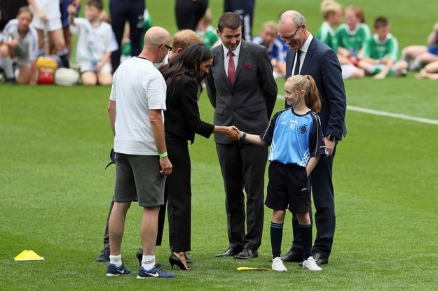 Meghan Markle sert la main d'une jeune joueuse de football gaélique