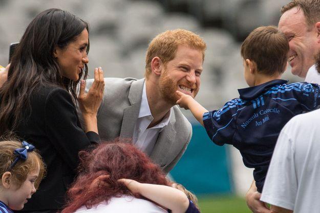 Un jeune garçon a tiré sur la barbe du prince Harry