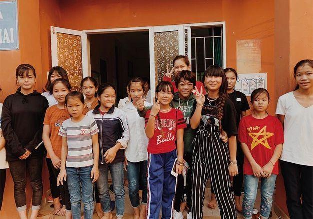 Jade et Joy Hallyday : à l'orphelinat au Vietnam, une étape « essentielle pour faire le deuil »