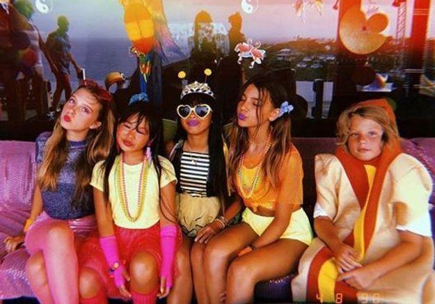 Jade, Joy et leurs amis dans d'incroyables déguisements