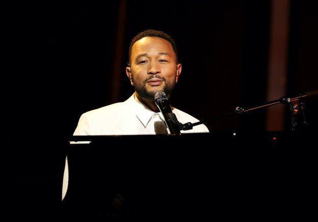 John Legend rend un émouvant hommage à sa femme Chrissy Teigen sur scène