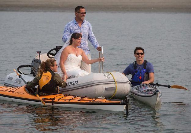 Justin Trudeau fait irruption à un mariage en kayak !