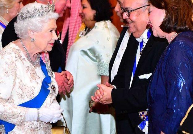 Les invités saluent la reine