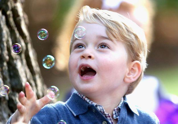 Le futur roi en extase devant des bulles !
