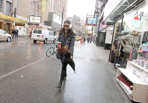 Dans la rue, sous la pluie, avec son Starbucks