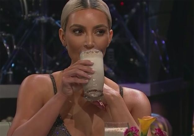 Kim Kardashian avale un jus de sardine pour éviter de dire si ses sœurs sont enceintes