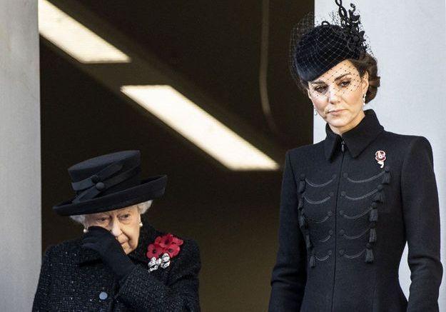 La reine d'Angleterre en larmes bouleverse son pays