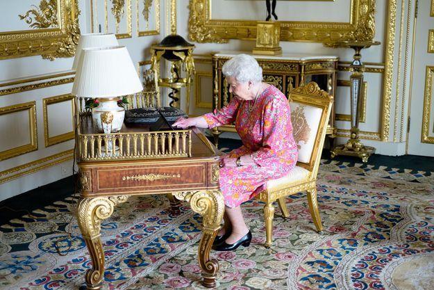 La reine d'Angleterre tweete elle-même… La preuve!