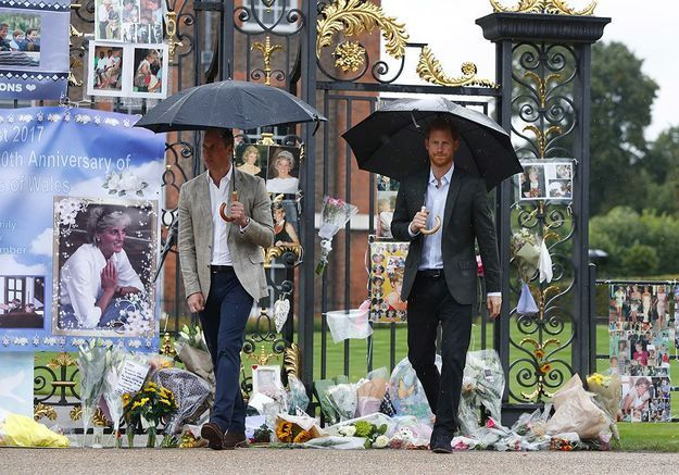 Lady Diana : à Londres, les hommages du public et de William, Kate et Harry en images