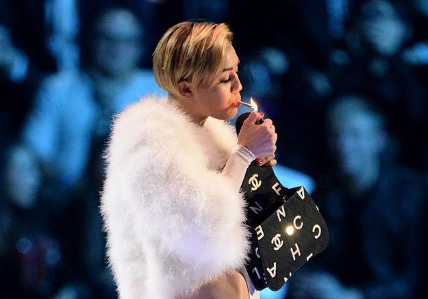 Miley Cyrus fume un joint aux MTV EMA 2013