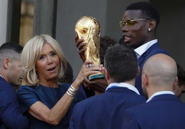 Brigitte Macron et Paul Pogba se disputent la coupe !