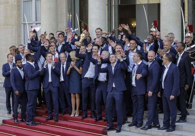 Photo de groupe autour du trophée