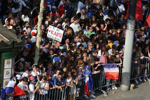 La foule des supporters sur les Champs-Élysées