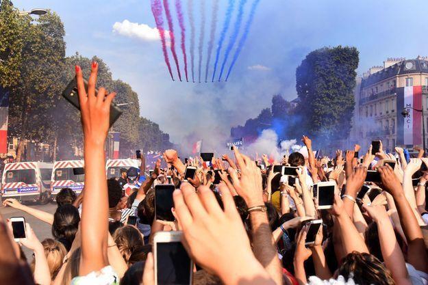 La patrouille de France a couvert le ciel du drapeau bleu blanc rouge