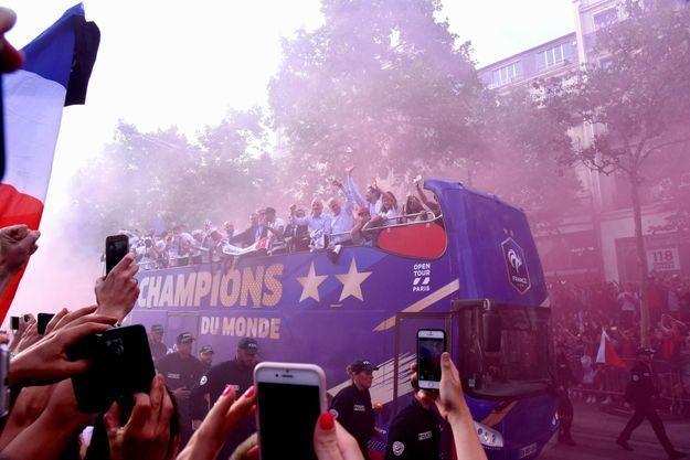 Les Bleus, accueillis en héros sur les Champs-Élysées