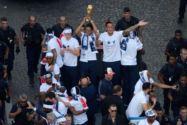 Raphaël Varane tient la Coupe dans ses mains pour la montrer à la foule