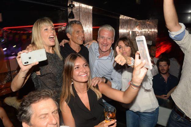 Le sélectionneur Didier Deschamps profite d'une soirée en discothèque avec ses proches et son ami le présentateur Nagui