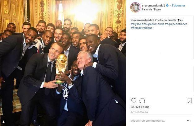 Photo souvenir avec Emmanuel Macron pour l'équipe de France