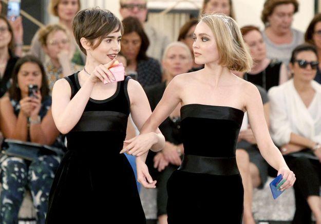 Lily-Rose et Lily Collins meilleures amies au défilé Chanel