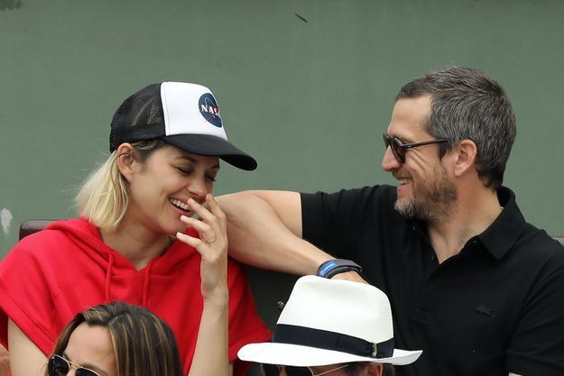 Le couple en plein fou rire dans les gradins de Roland-Garros