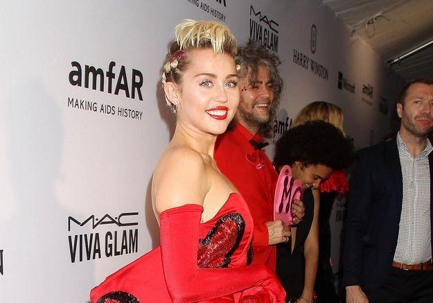 Miley Cyrus lève des fonds pour la lutte contre le sida