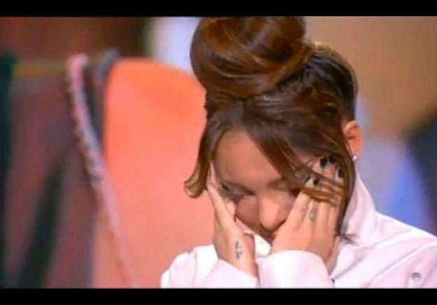 Nabilla entend son père à la télé et fond en larmes
