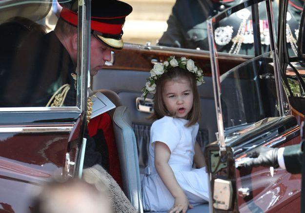 La princesse Charlotte descend de voiture