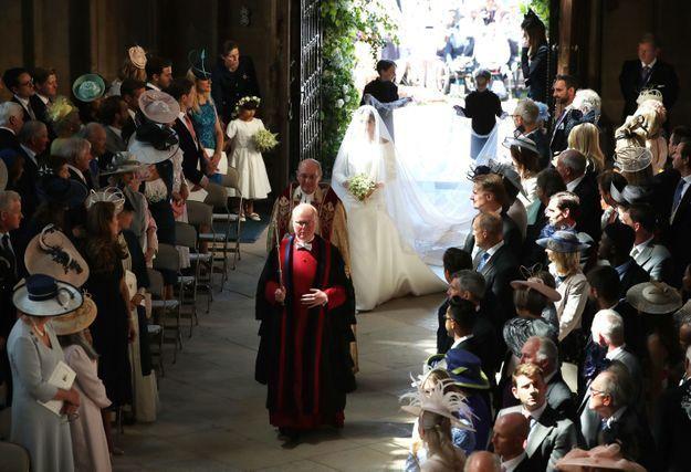 Meghan Markle arrive à l'autel de la Chapelle Saint-Georges