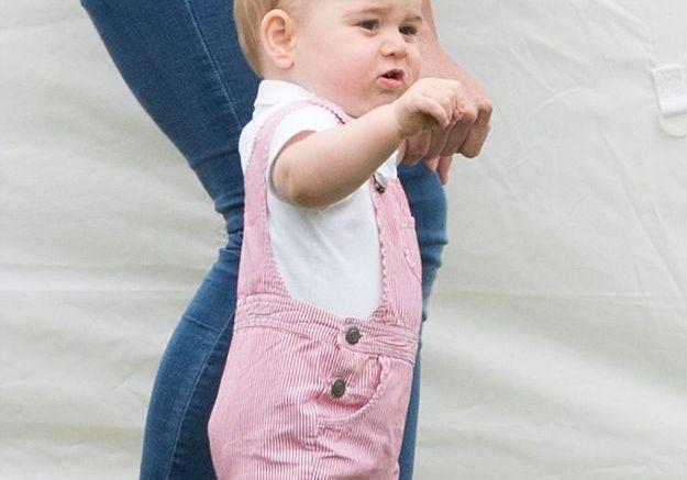 A dix mois, le petit prince est prêt à marcher…