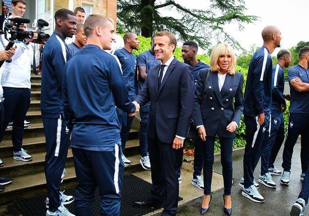 Emmanuel Macron en pleine discussion avec Antoine Griezmann et Paul Pogba