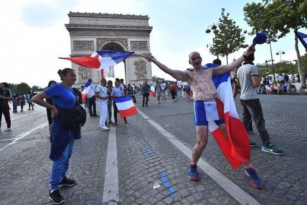 Des supporters aux Champs-Elysées