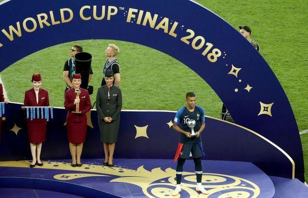 Kylian Mbappé reçoit le trophée du Meilleur jeune joueur de cette Coupe du monde 2018