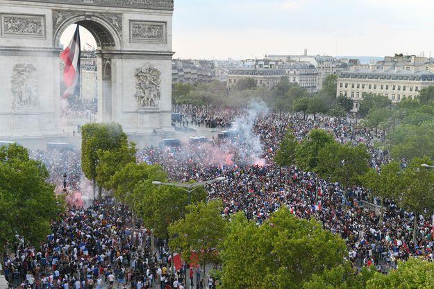 Sur les Champs-Elysées, les Français fêtent la victoire